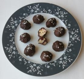 Toorjuustu-kookose-jõhvikatäidisega trühvlid